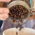 玉川上水沿い珈琲豆自家焙煎の「まめ吉」。店主おススメの新緑の季節にコーヒーを飲みながらゆったりと過ごしてみませんか?