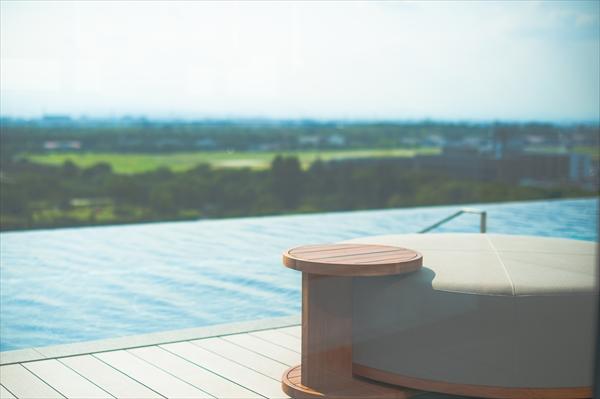 インフィニティプールから見える昭和記念公園