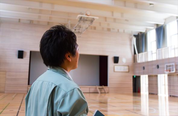 立川第一小学校体育館を見つめる黒川さん